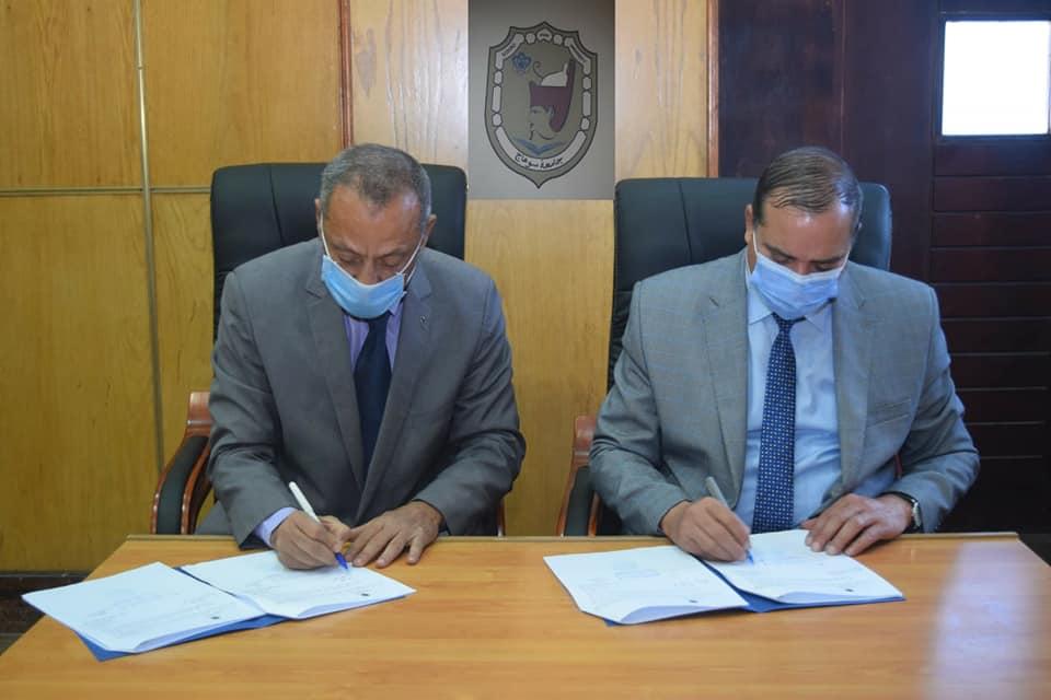 توقيع بروتوكول تعاون بين جامعة سوهاج وجمعية تنمية المجتمع للصناعات الصغيرة لتدريب الطلاب والخريجين