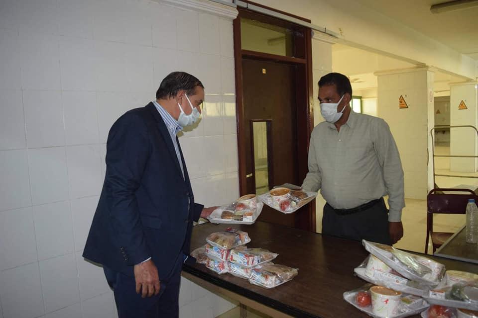 رئيس جامعة سوهاج يتفقد المدينة الجامعية للطالبات ويتأكد من جودة الطعام