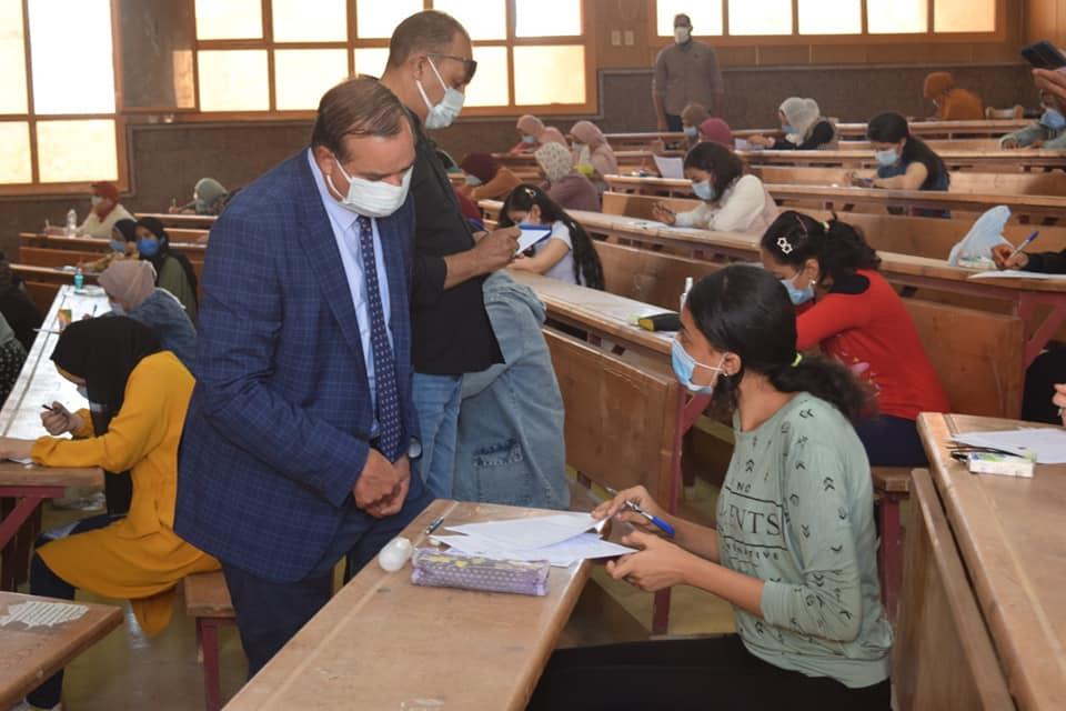 ٢٢ ألف و ٦٠٠ طالب يخوضون امتحانات الفصل الدراسي الثاني بكليتي التجارة والآداب بجامعة سوهاج