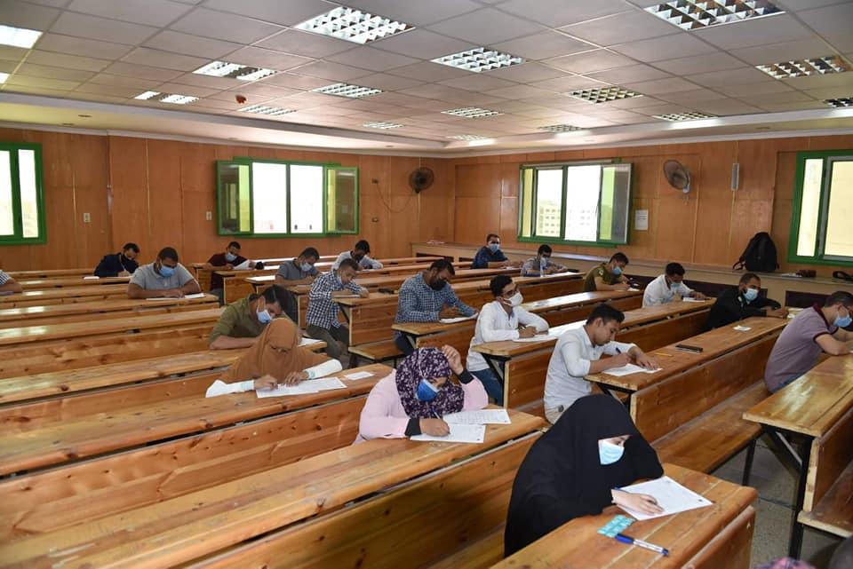 رئيس جامعة سوهاج يواصل جولاته التفقدية لمتابعة انتظام أعمال امتحانات نهاية العام