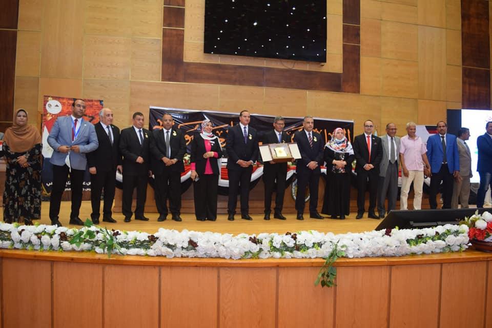 جامعة سوهاج تكرم القيادات والرواد المشاركين فى مسيرة التعليم الجامعي على مدار ٥٠ عاماََ