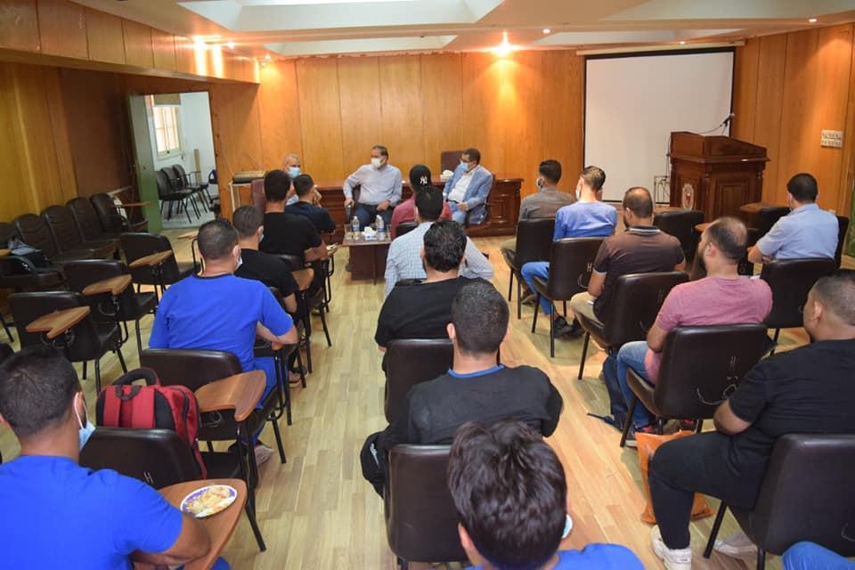 رئيس جامعة سوهاج يجتمع مع تمريض جناح العزل بالمستشفى الجامعي لتهنئتهم بالعيد