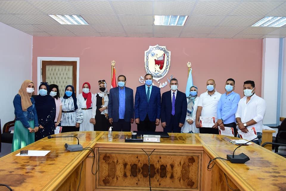 """رئيس جامعة سوهاج يكرم المشاركين في ورشة عمل """"رمضانك بهجة"""""""