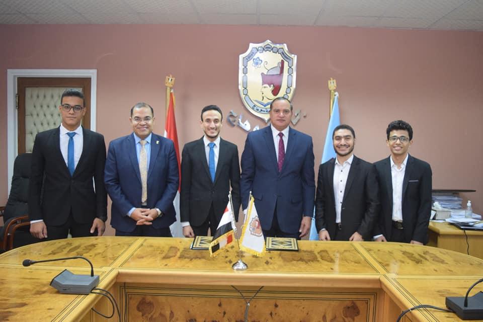 رئيس جامعة سوهاج يوقع مذكرة تفاهم مع الاتحاد المصري لطلاب الصيدلة