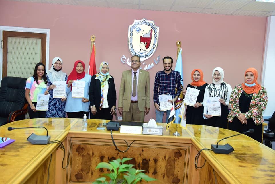 تكريم ٩ طلاب من الفائزين  فى المسابقة الفنية بكلية التربية النوعية بسوهاج