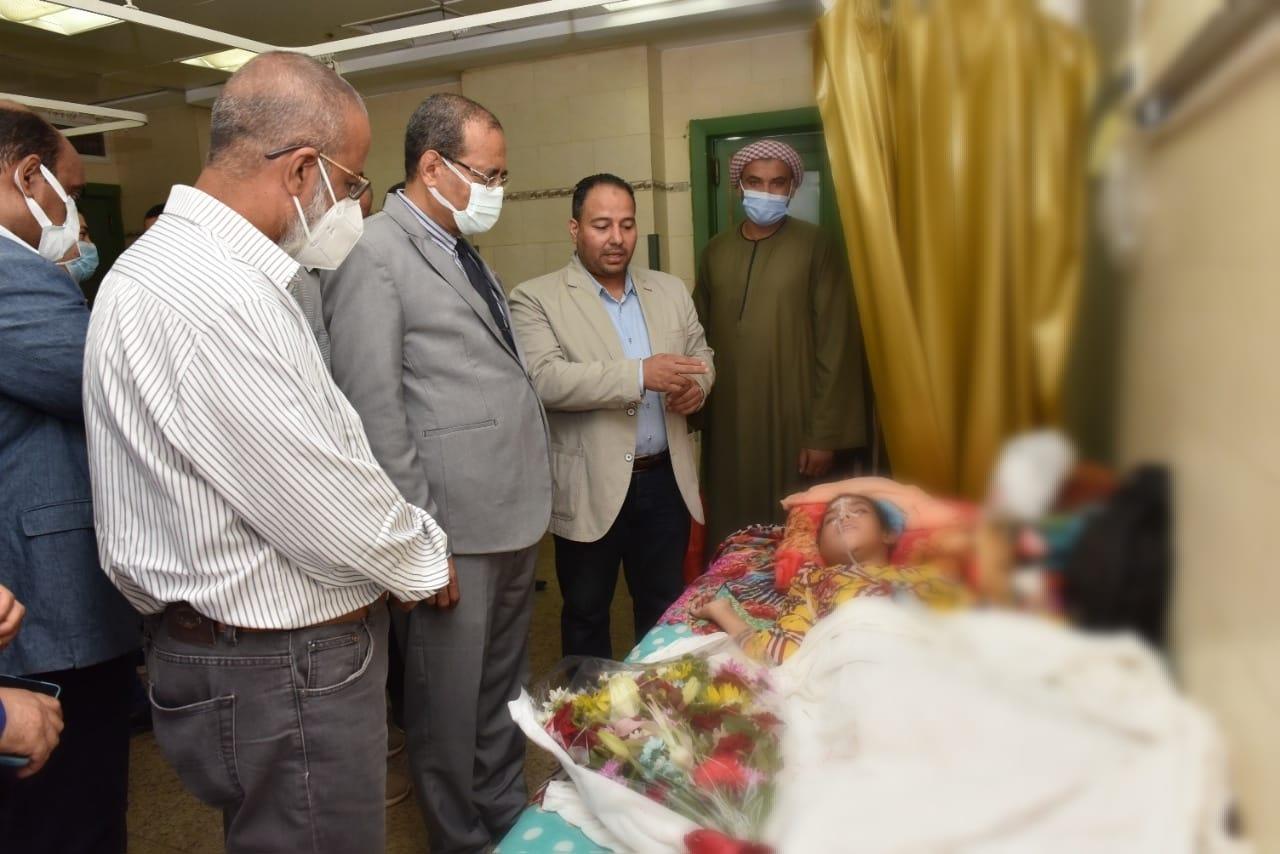 القائم بعمل رئيس جامعة سوهاج يطمئن على الحالة الصحية لابنة جرجا بعد استصال ورم سرطاني من فكها