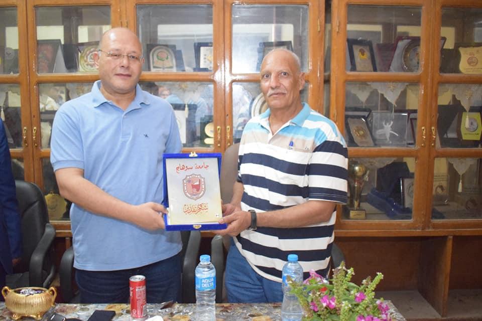 """جامعة سوهاج تكرم """"عم عبد الرحيم"""" لبلوغه السن القانونية للتقاعد"""