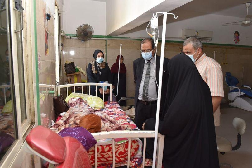 القائم بعمل رئيس جامعة سوهاج يطمئن على الحالة الصحية لفتاة تعاني من خلل في صفائحها الدموية ونزيف بالرحم