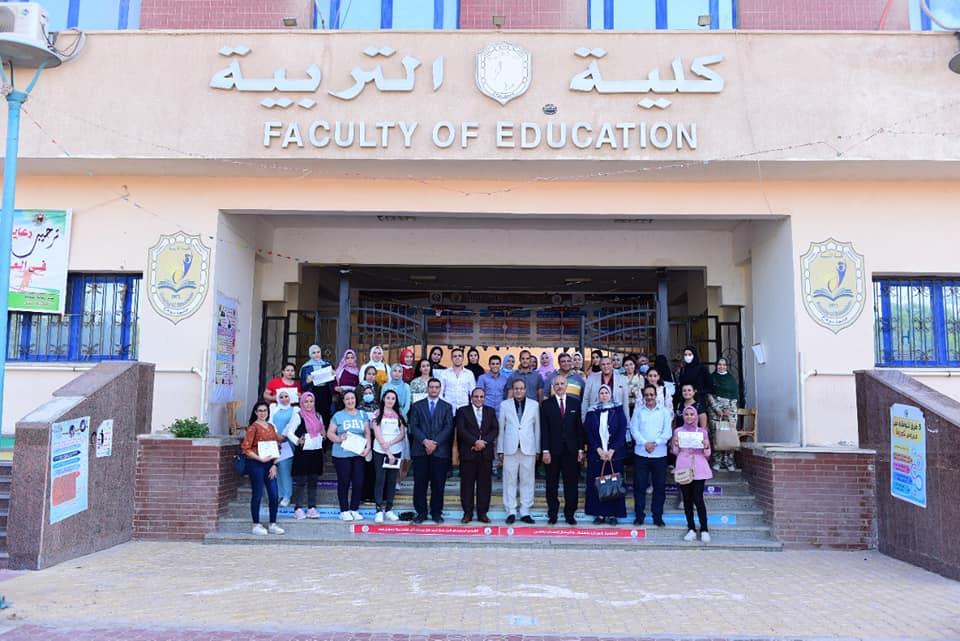 جامعة سوهاج تكرم ٣٦ طالب بكلية التربية لاجتيازهم الدورة التدريبية لمحو الامية