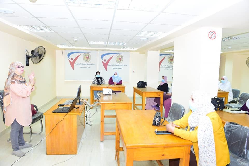 دورة تدريبية لفنيات التمريض بمستشفى سوهاج الجامعي عن طرق مكافحة العدوى
